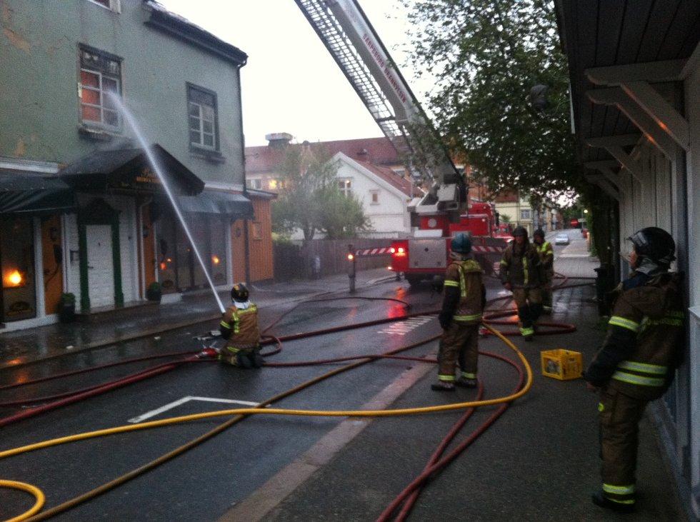 TØFT:  Brannmannskapene hadde en tøff jobb med å få has på flammene.  Dette bildet er fra brannen. (Foto: PETTER KALNES)