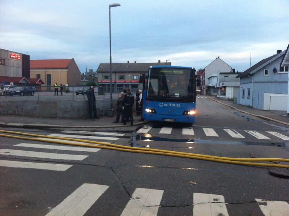 EVAKUERT: Omlag 25 personer ble i natt evakuert  med buss etter brannen i Østre bydel. (Foto: PETTER KALNES)