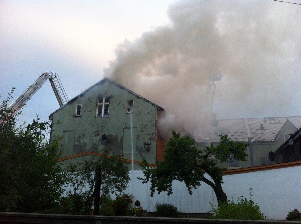 RØYKUTVIKLING: Brannen førte til kraftig røykutvikling. Dette bildet er fra brannen. (Foto: PETTER KALNES)