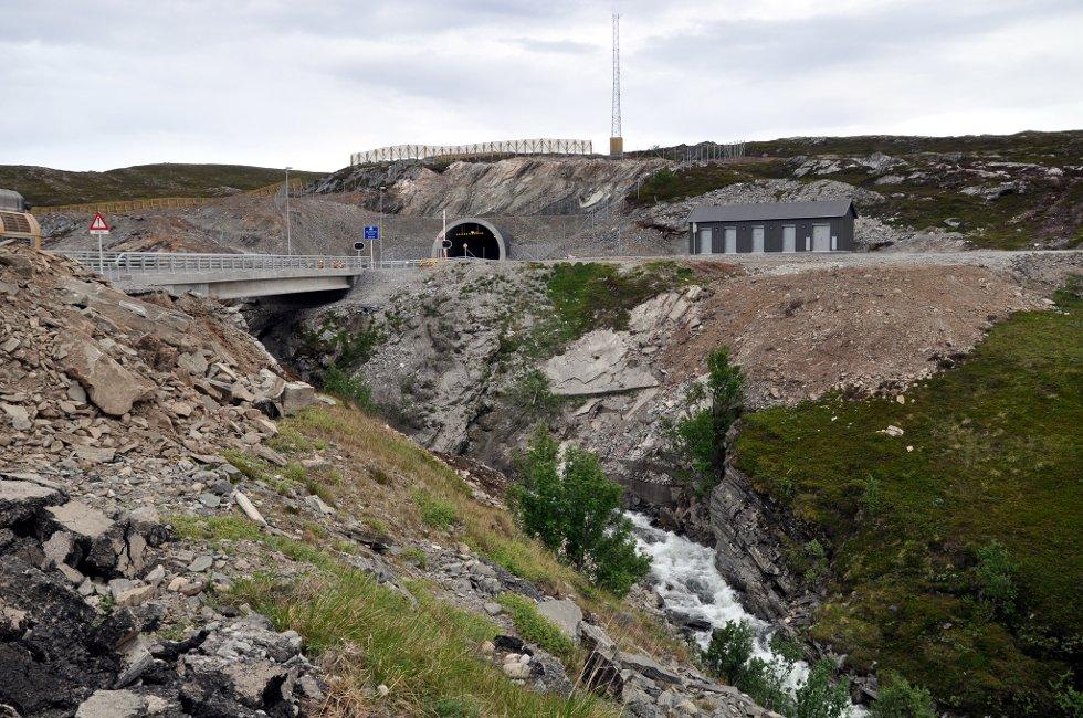 Slik ser det ut i dag på riksvei 94 i Skjåholmen, mellom Hammerfest og Kvalsund. Ny bru og tunnel er tatt i bruk, og den gamle brua er revet. Foto: Bjørn Egil Jakobsen