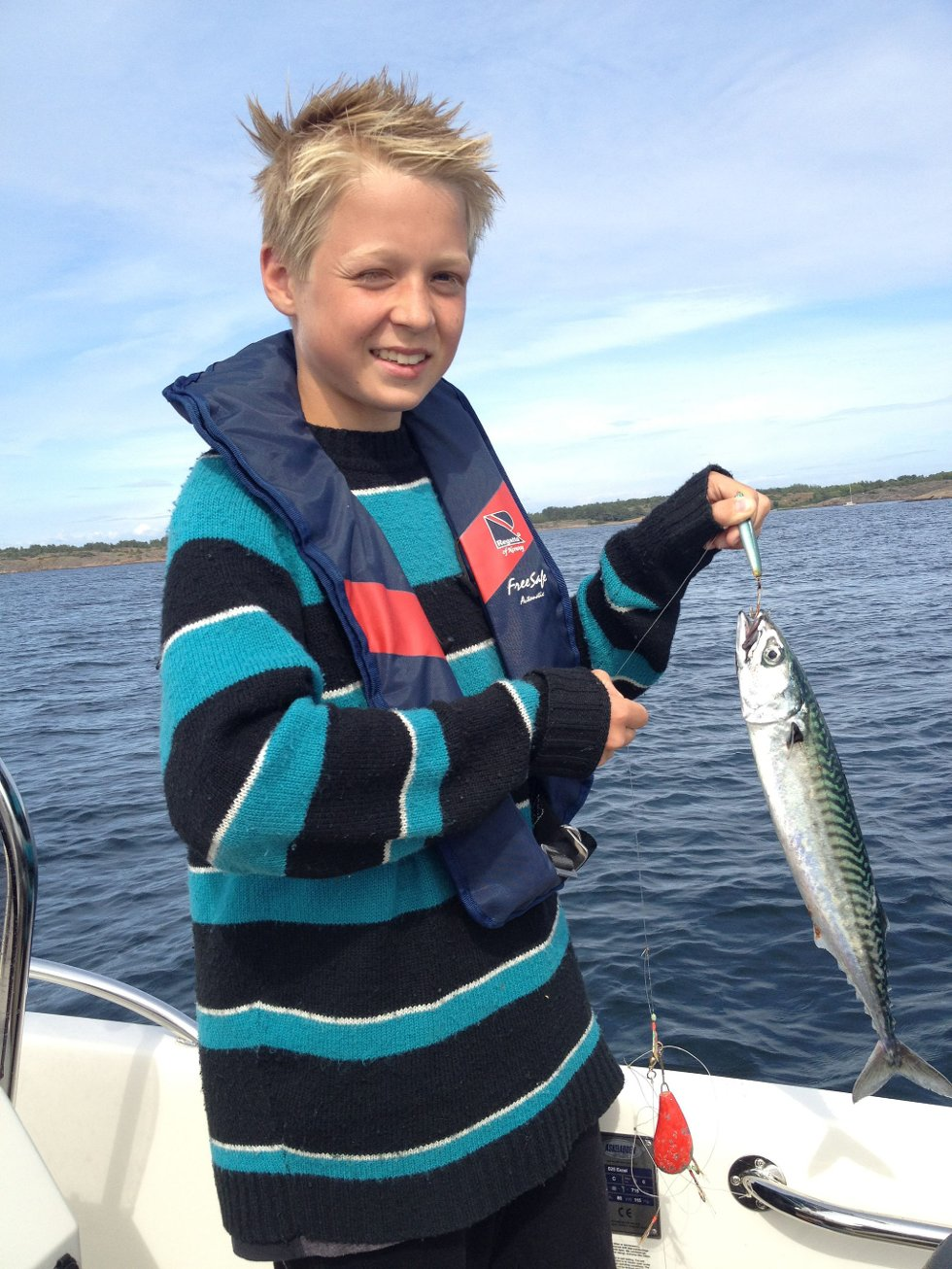 MAKRELLSOMMER: John-Emil Gimnes Wethal (12)   hilser fra ferieparadiset Nøtterøy til besteforeldre på Jessheim. Fangsten smakte godt på grillen!                 Foto: Karl Wethal (Foto: )