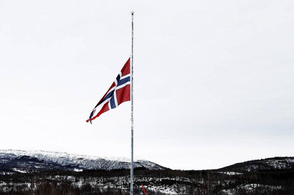 Flaggene vaiet på halv stang i Alta i dag. Illustrasjonsfoto.
