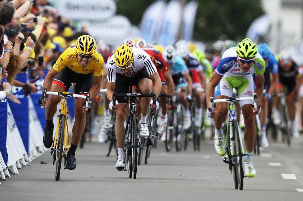 Edvald Boasson Hagen (i midten) i intens seierskamp mot Fabian Cancellara (til venstre) og Peter Sagan på Tourens første etappe.
