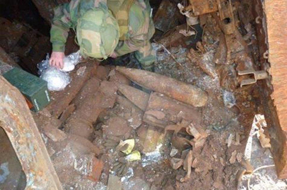 Granatene som er funnet i vraket av Murmansk blir her håndtert av fagpersonell fra Forsvaret. Foto: Kystverket