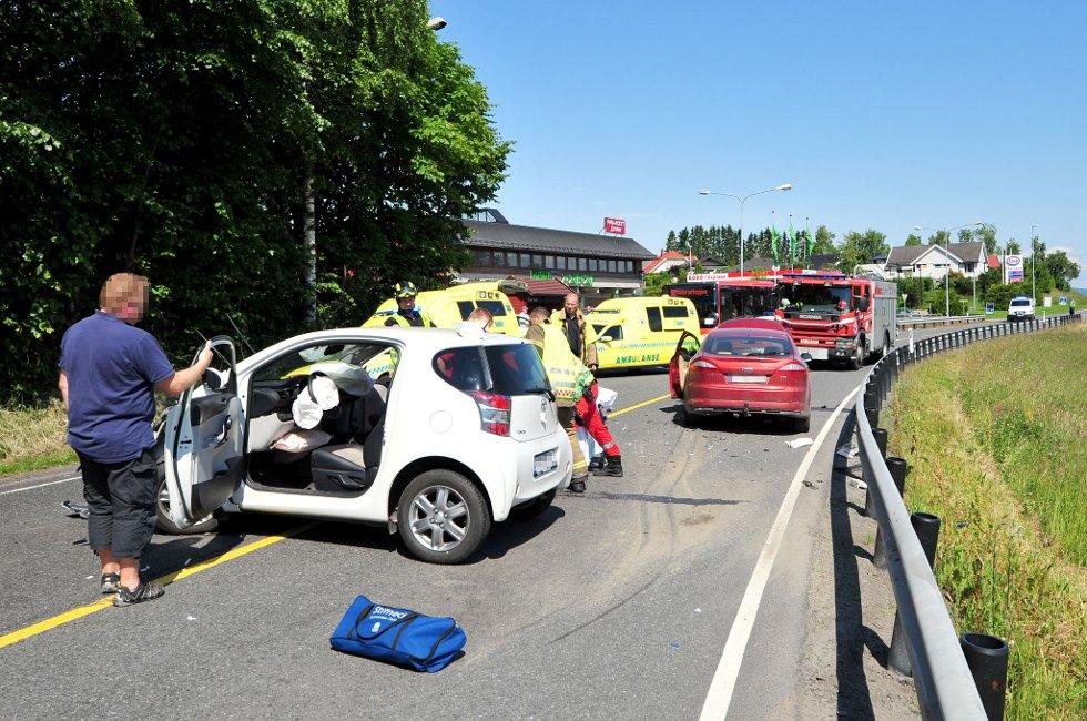 VEIEN SPERRET: Tre biler er innblandet i uhellet i Nedre Rælingsvei.