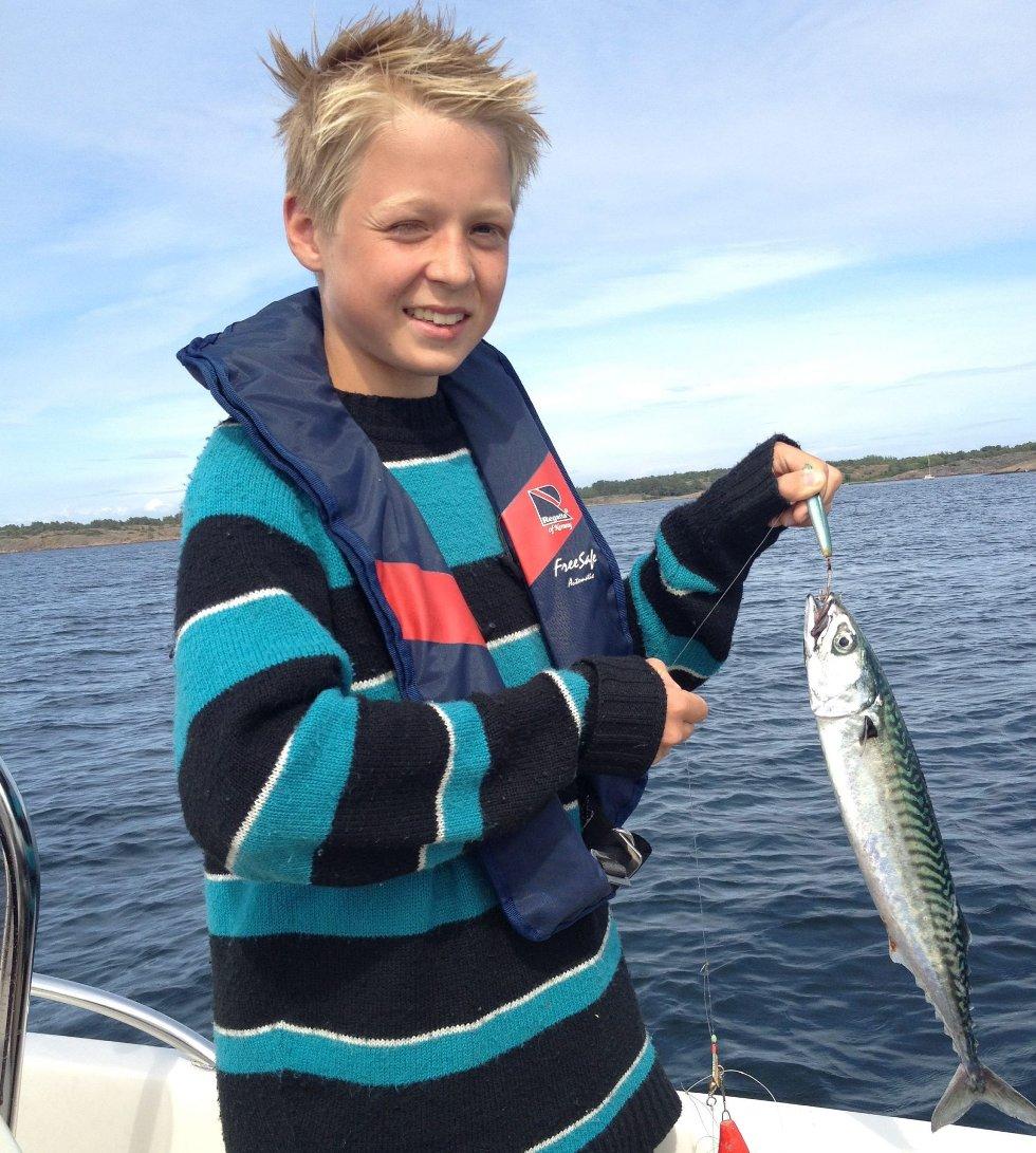 MAKRELLSOMMER: John-Emil Gimnes Wethal (12) hilser fra ferieparadiset Nøtterøy til besteforeldre på Jessheim. Fangsten smakte godt på grillen!Foto: Karl Wethal