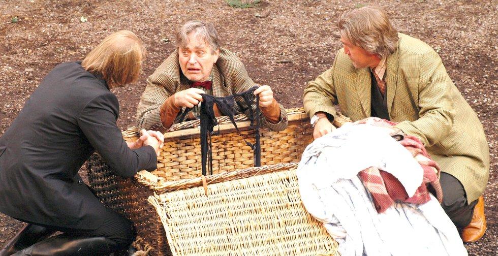 Frank spiller en av windsorkonenes ektemann.  (F.v) Geirr Johnnson, Frank Lie og Øyvind V. Kjeksrud.