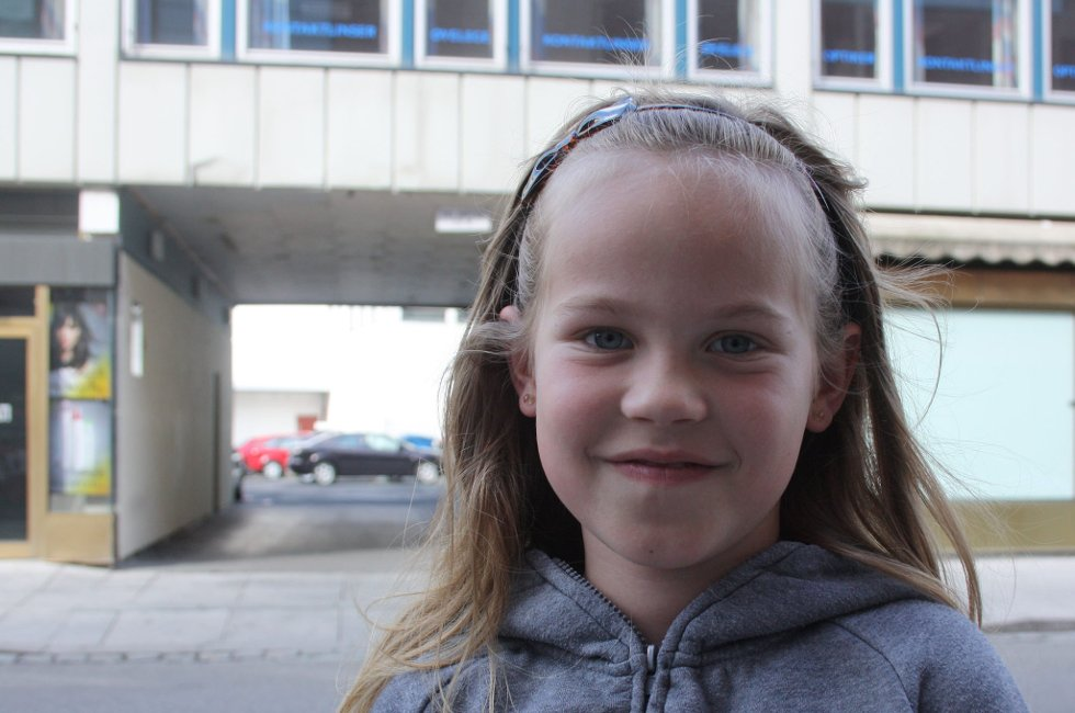 HILSER TIL VERDENS BESTE LÆRER: Tina Eide Dahlen (8), hilser til lærer Kristin på Vardåsen skole.                                   (Foto: Anette Johansen)