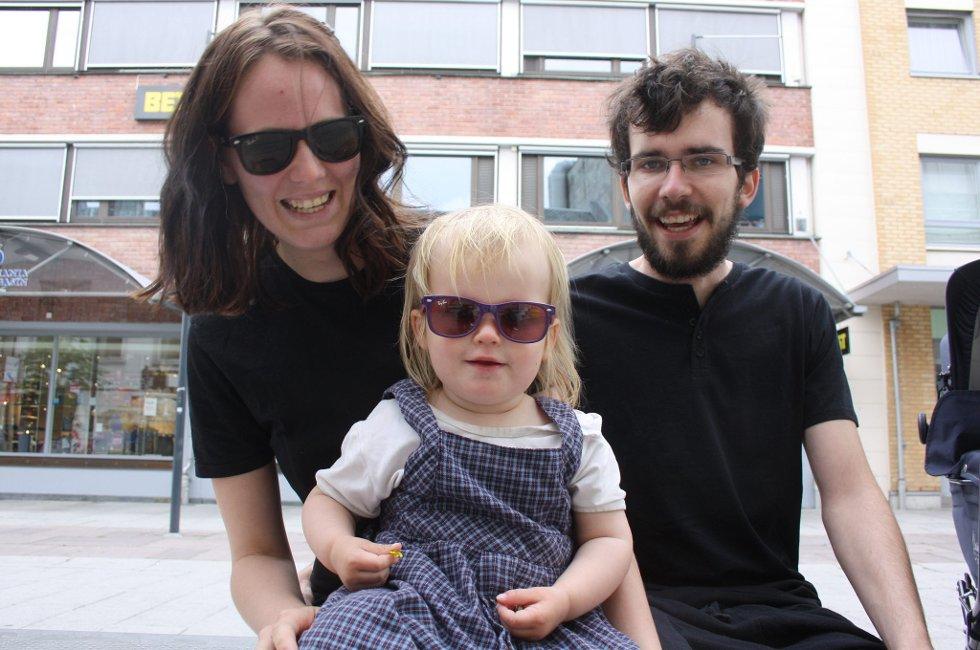 HILSER TIL MOR OG FAR: Carina Rose hilser til sine foreldre og håper de får en fin tur på hytta. På fanget har hun datteren Andrea Markant (2 år), og ved siden av Henrik Markant.                  (Foto: Foto: Anette Johansen)