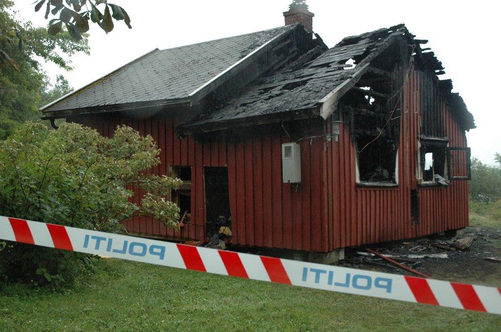 TENTE PÅ: Hytta i nærheten av Sandstangen fikk store skader i den påsatte brannen.
