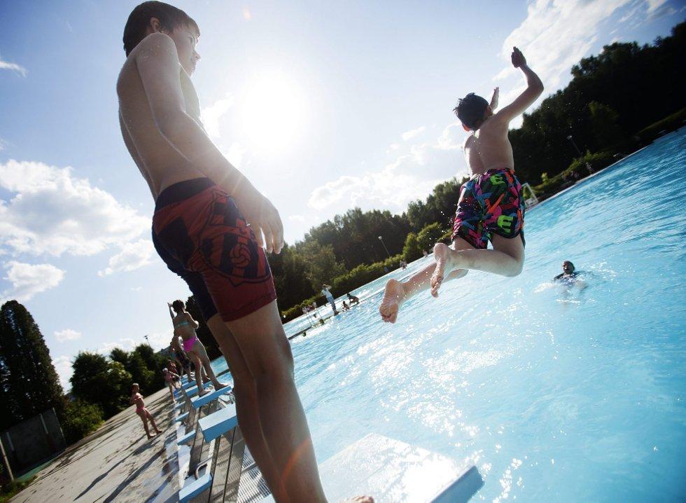 BADEBARNA | Ole Andreas Aandstad (11) og Mathias-Ashir Aske (11) nyter et sommerbad i 23 graders varmt vann på Nebbursvollen i Lillestrøm.