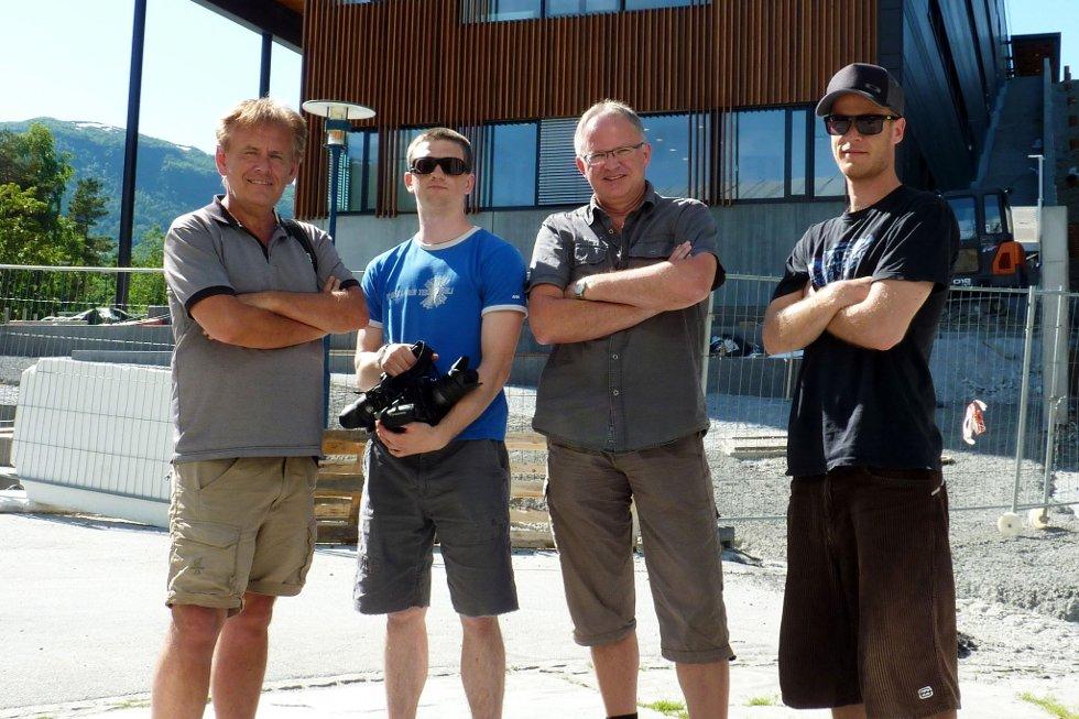 Filmfotograf Jo Bergersen (t.h.) er ansvarleg for dokumentarfilmen frå Malakoff Rockfestival. Med i prosjektet er også frå venstre mentor Inge Kjell Holme ved Sogndal vidaregåande skule, Daniel Volle i VolleFilms og prosjektkoordinator Terje Vatlestad i Sogndal Musikkforum.