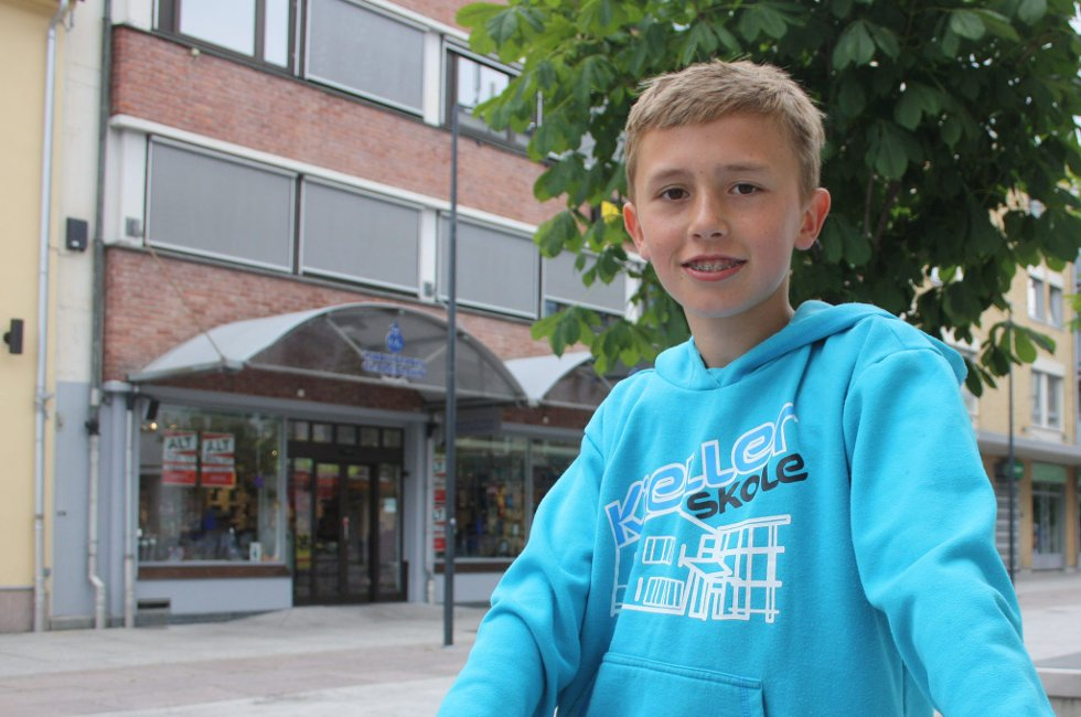 GOD SOMMER TIL JAN THOMAS: Tobias Søgård (12), hilser til sin lærer Jan Thomas på Kjeller skole.                                  Foto: Anette Johansen (Foto: )