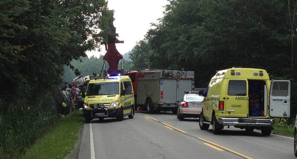 En person ble fastklemt etter at en lastebil har havnet i grøfta ved avkjøringen til Røraskogen i Skien.