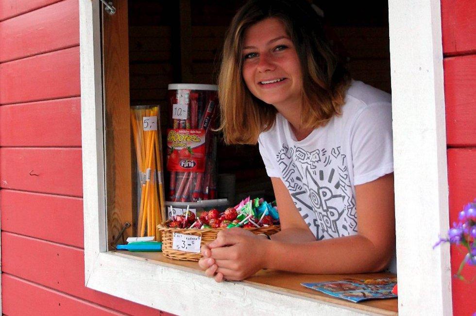 16 år gamle Solveig Joy fra Brevik har jobbet fem år i kiosken på Bjønnes. Den blide ungjenta kunne ikke tenkt seg noen annen sommerjobb.