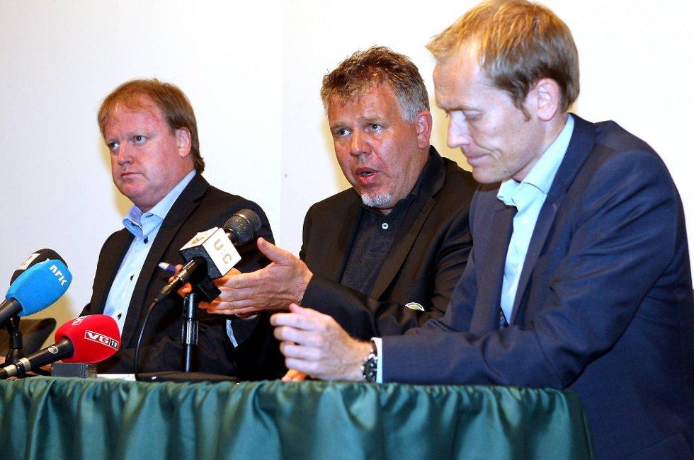 Fotballpresident Yngve Hallén, generalsekretær Kjetil Siem og Svein Graff under søndagens pressekonferanse i forbindelse med kampfiksing.