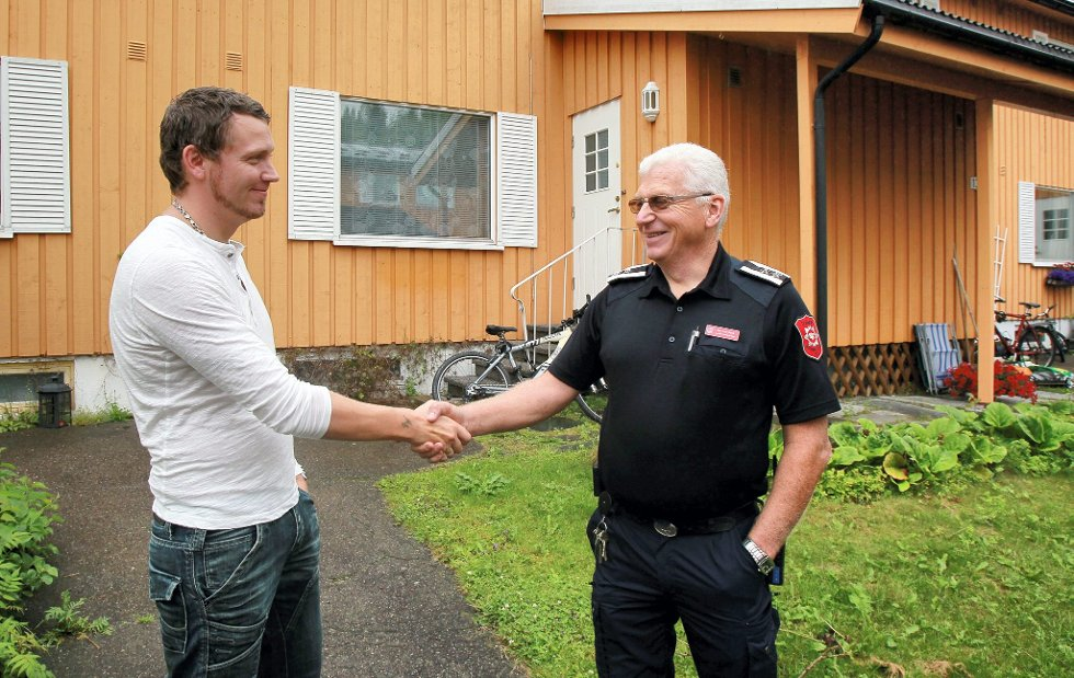 TAKKET: Beredskapsleder Per Ivar Bekk takker Mikael Igelström for naboeinnsatsen han viste da han slokket brannen på nabokjøkkenet.