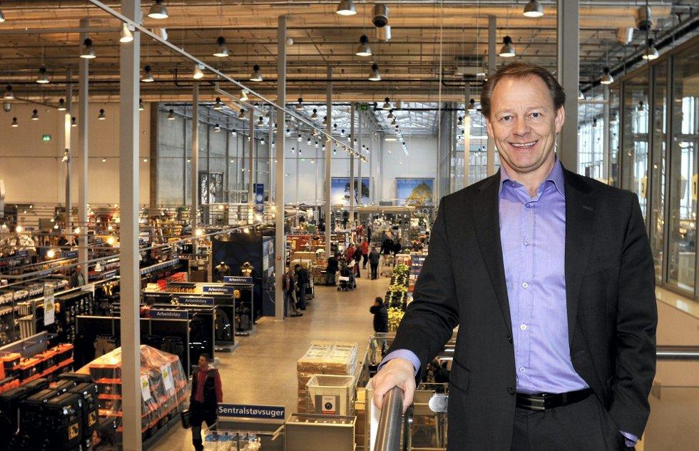 TROR PÅ ENDRING: Administrerende direktør Tom Borthen hos Maxbo-eieren Løvenskiold Handel AS stenger heretter Maxbo-butikken på Hvam på søndager, men fortsetter kampen for endringer i helligdagslovgivningen. Foto: Vidar Sandnes