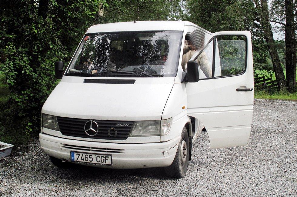 Politiet ber folk være oppmerksomme på denne spanskregistrerte bilen. De siste dagene har den vært innom gårdsplasser og gårdstun i Hemnes-/Løken-området.
