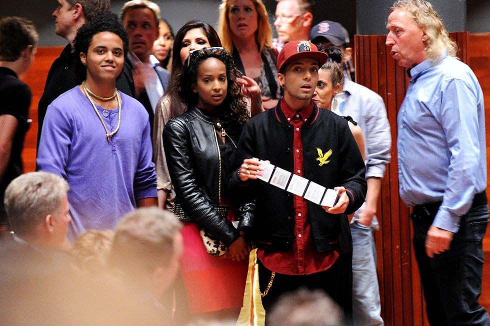 Her ankommer Michael Jacksons nevø Donte William Jackson (t.v) Oseberg Kulturhus sammen med Omar Bhatti (t.h).