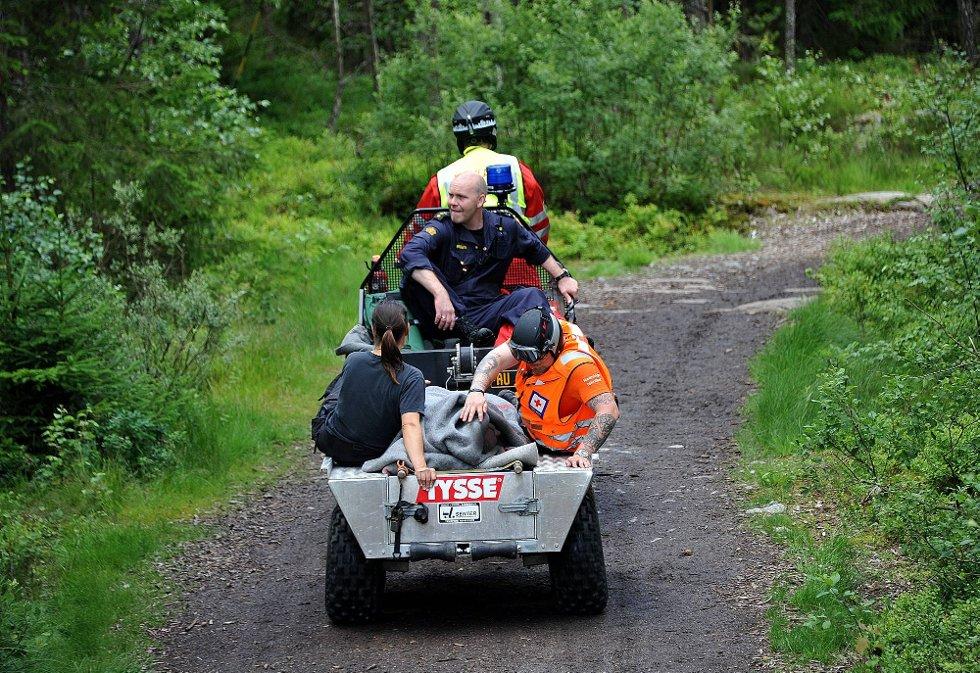REDDET: Her blir den savnede mannen fraktet ut fra skogen (Foto: Jarl M. Andersen)