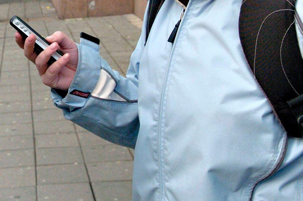 Bare 32 prosent av kvinnene som reiser til utlandet med mobilen sin sier at de er kostnadsbevisste i forhold til mobilbruken.