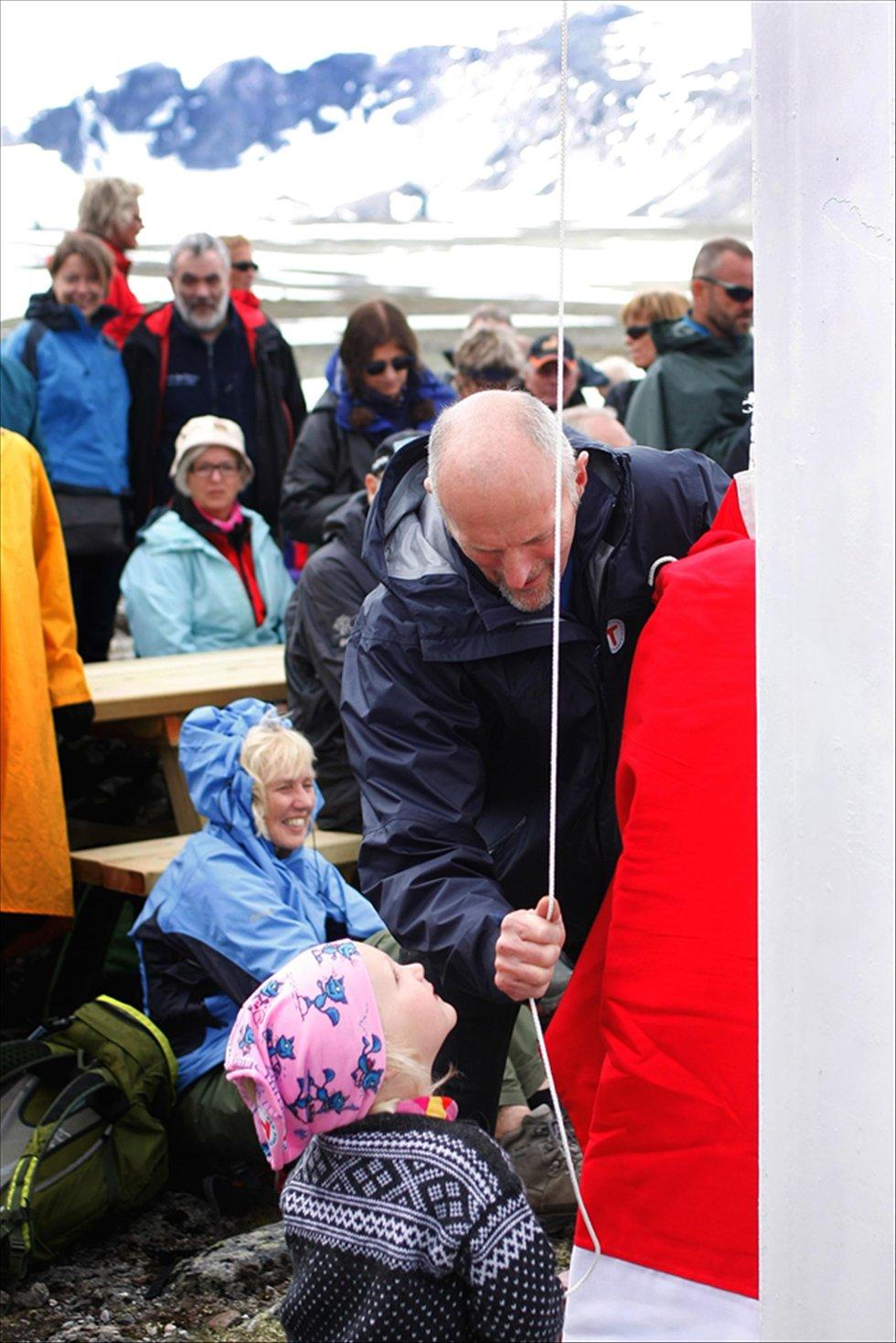 HEISTE FLAGGET:      Oline (3) fikk hjelp av far og bestyrer Kjell Hjellødegård til å heise flagget.