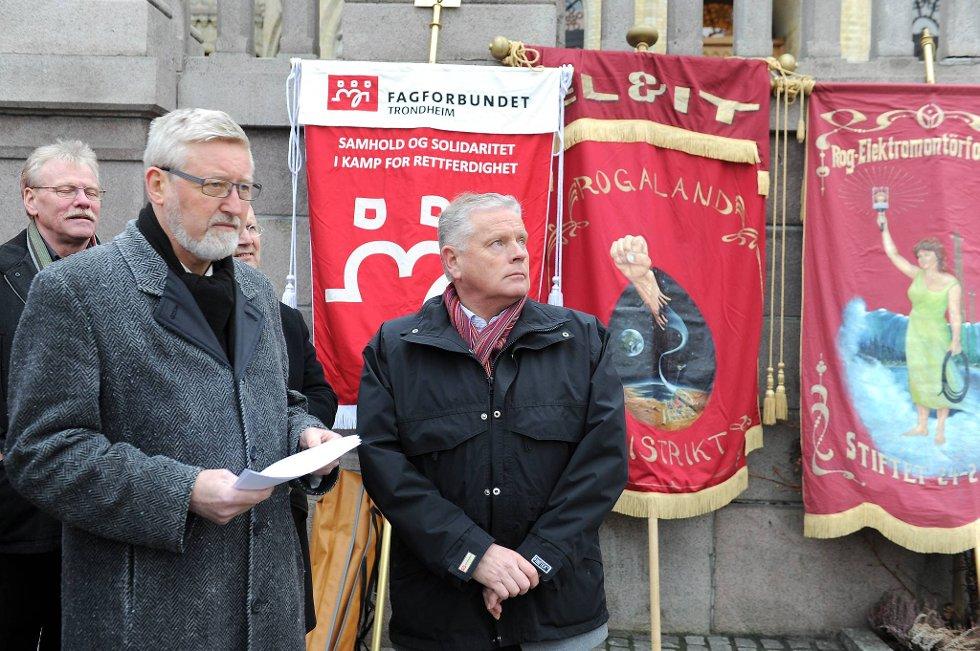 LOs nestleder Tor-Arne Solbakken og Fagforbundets leder Jan Davidsen roper varsko til Ap foran Stortinget.