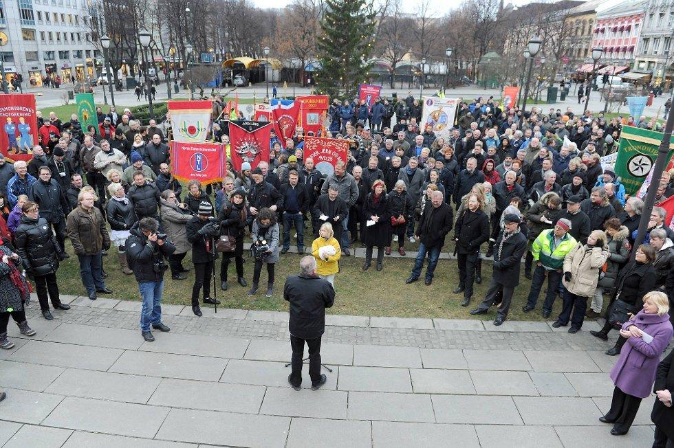 Ikke hverdagskost med røde faner foran Stortinget, rettet mot en rødgrønn regjering.