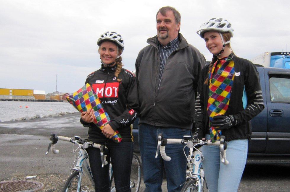 Hildegunn Strand (15) og Johanne Marie Nesdal (15) fikk blomster av ordfører Harald Adolfsen da de endte den 120 mils lange sykkelturen fra Stryn til Værøy.