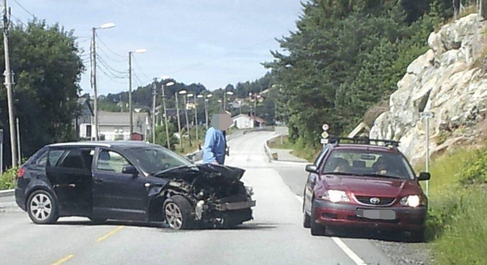 BIlen fikk store skader i fronten etter kollisjonen med autovernet.