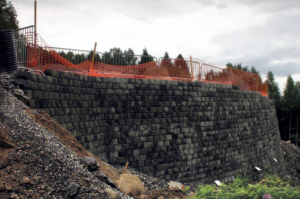 FULLSTOPP: Fet kommune har beordret full stopp for vei 4 i Løkenåsen. Entreprenøren mener byggetillatelse er gitt tidligere.