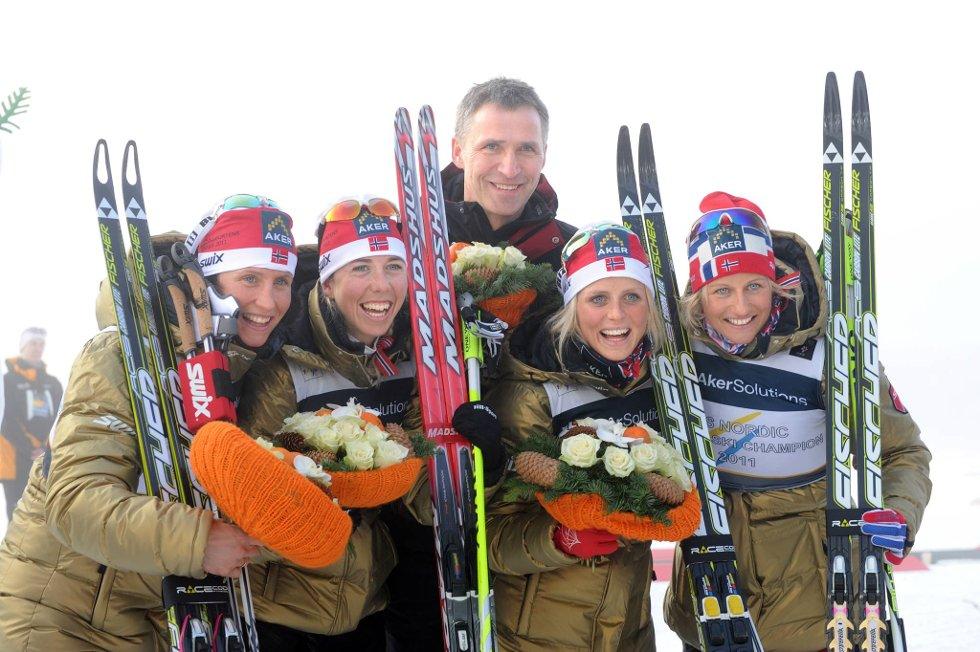 Marit Bjørgen (t.v.) og Jens Stoltenberg får Gynt-prisen. Her sammen med Kristin Størmer Steira, Therese Johaug og Vibeke Skofterudetter etter VM-seieren på stafett i 2011.