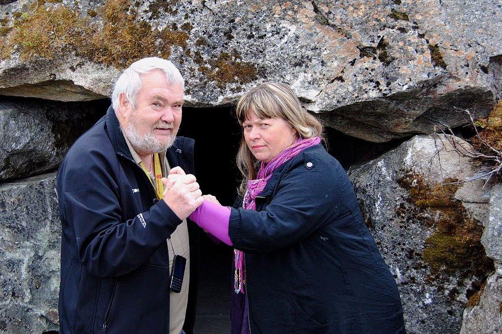 USAMDE: Bente Øien Hauge og Asle Hermod Aanes har heilt ulike syn på kunstverket som blei plassert på             Aurlandsfjellet i helga. Her utanfor inngangen til hiet.