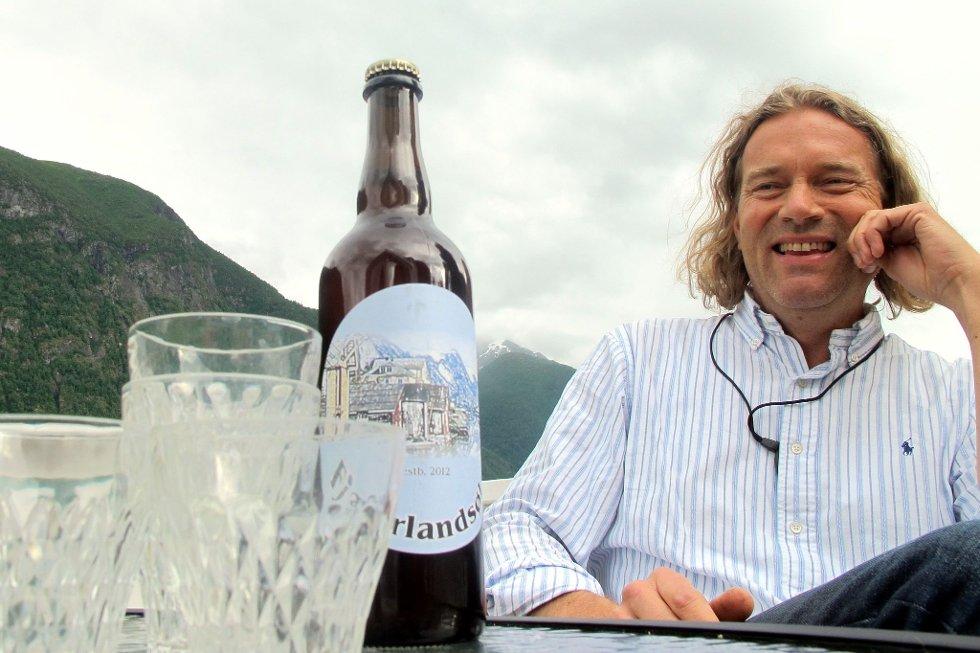 SPENT: Bård Huseby med det nye ølet som skal serverast i gode, gamle bestemorglas.