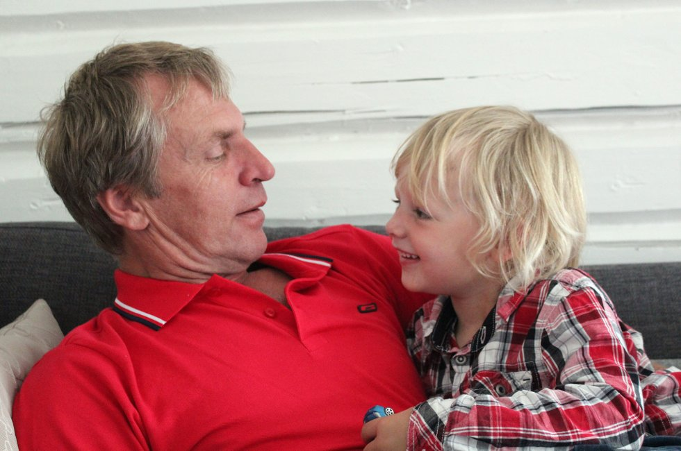 GENERASJONSMØTE: Emil og bestefar koser seg og ønsker kjente og kjære en god sommer. (Foto: Anita Pedersen)