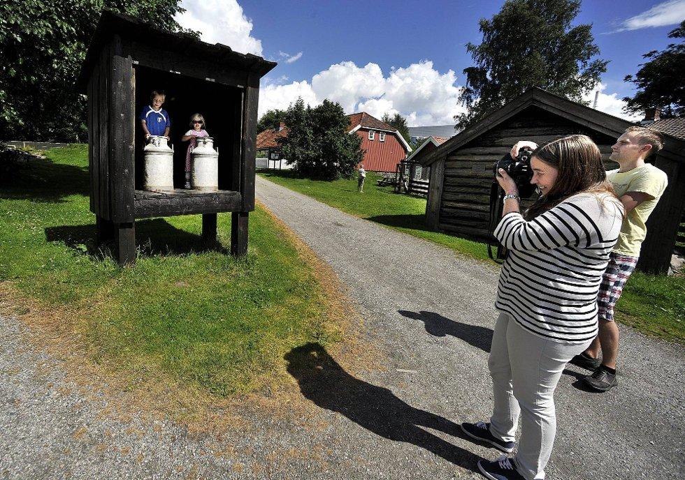 NEDGANG: Selv om disse turistene koste seg i julisola på Borgarsyssel fredag ettermiddag har museet opplevd en nedgang i antall besøkende i forhold til tidligere år. (Foto: Ingrid Landfald)