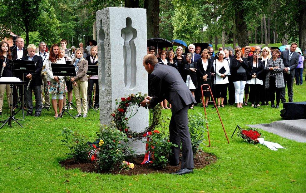 Minnemarkering etter 22 juli, ordfører Sindre Martinsen-Evje legger ned krans *** Local Caption *** Foto: Jarl M (Foto: )