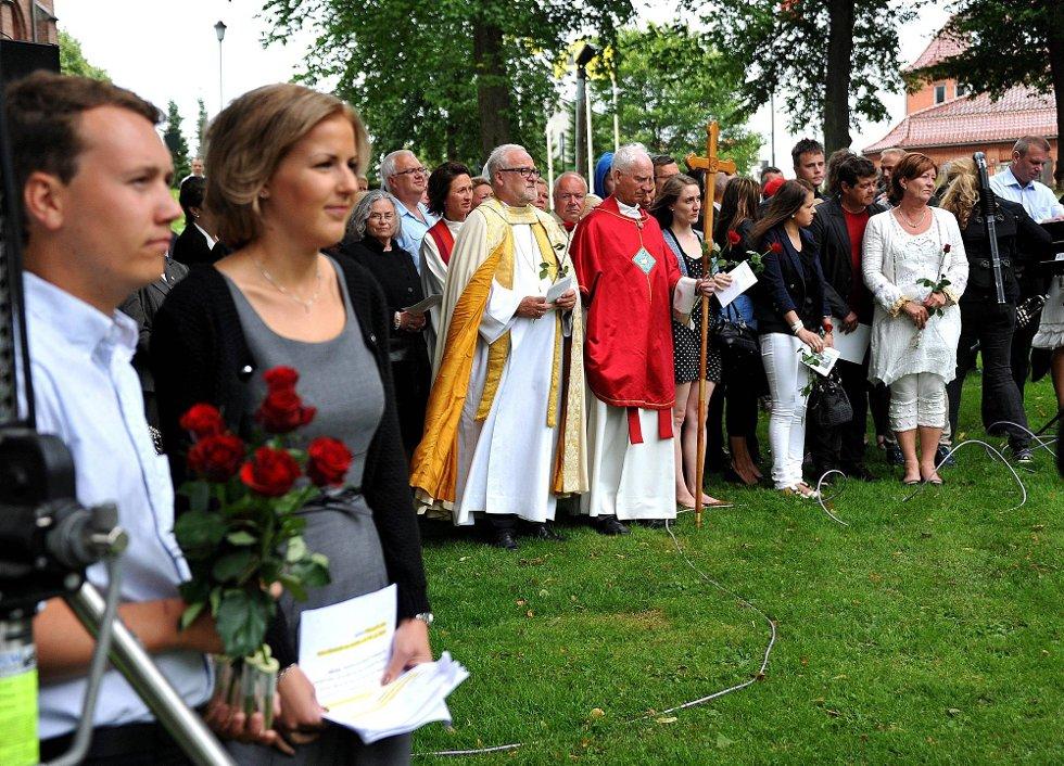 Minnemarkering etter 22 juli 2011, foran Elise Waagen og Fredrik Bjørnebekk *** Local Caption *** Foto: Jarl M (Foto: )