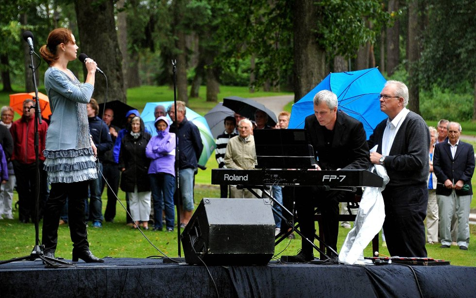 Minnemarkering etter 22 juli, Åshild Skiri Refsdal synger, og Carl-Andreas Næss spiller *** Local Caption *** Foto: Jarl M (Foto: )
