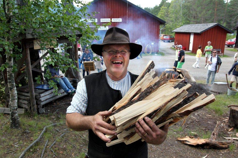 Gammelvala i Brunskog 2012. Peter Lingvall ordner Fyringved til tjærebrnning. FOTO: FREDE Y. ERIKSEN *** Local Caption *** Foto: Frede Y. Eriksen (Foto: )