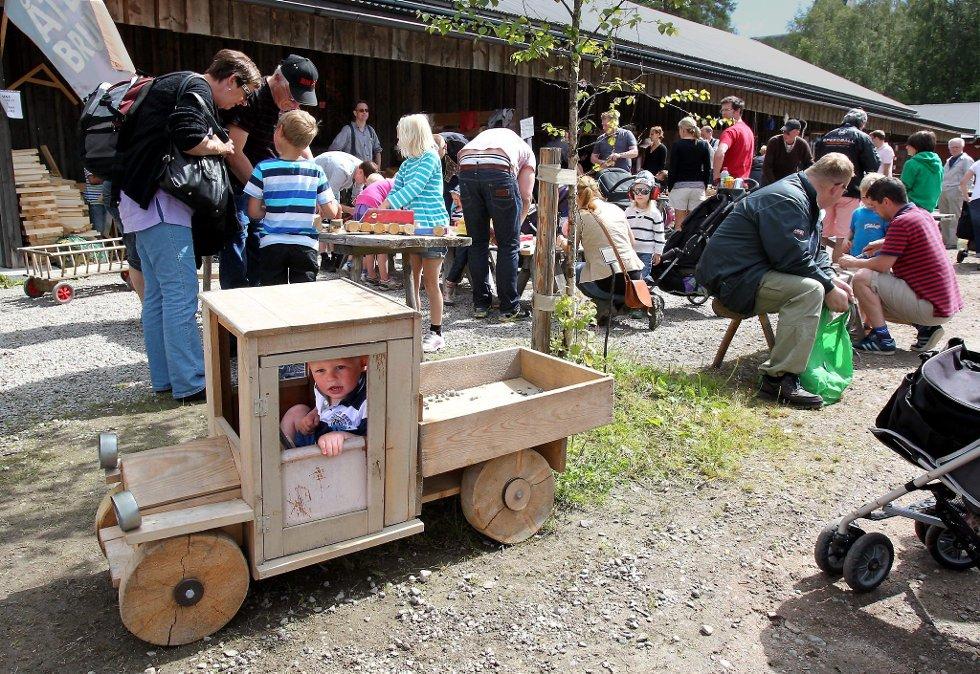 Gammelvala i Brunskog 2012. Gjør-det-sjøl bodene var populære, im likhet med lekebilen i forgrunnen. FOTO: FREDE Y. ERIKSEN *** Local Caption *** Foto: Frede Y. Eriksen (Foto: )