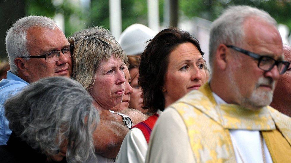 Minnemarkering etter 22 juli, Foreldrene til Andreas Edvardsen, Heidi og Vidar Edvardsen, t. h: biskop Atle Sommerfeldt *** Local Caption *** Fotø : Jarl M (Foto: )