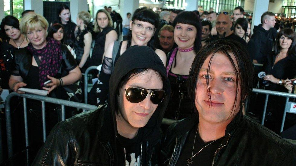Musikkfestivalen Amphi Festival i K?ln i Tyskland. Det var mange fans som ville møte Apoptygma Berzerk. Her brødrene Stephan og Jonas Groth.