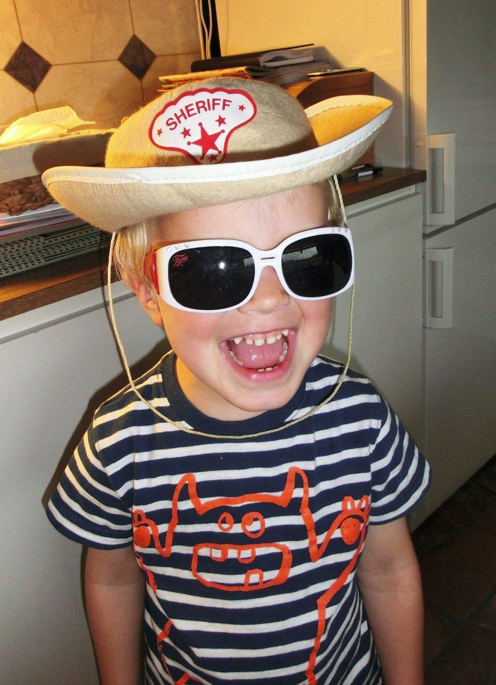 Cowboy-hilsen: Eivind med pappas cowboyhatt og nye solbriller hos farfar og farmor på Hjellebøl, hilser til søskenbarna sine på Løken! Foto: Bodil Stigen Dammerud (Foto: )