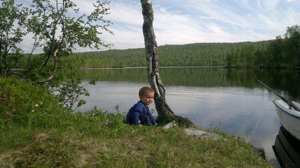 Sondre hilser: Sondre koser seg på ferie i nord, hilser til alle på ferie vårt vakre land. Foto: Hege Pedersen (Foto: )