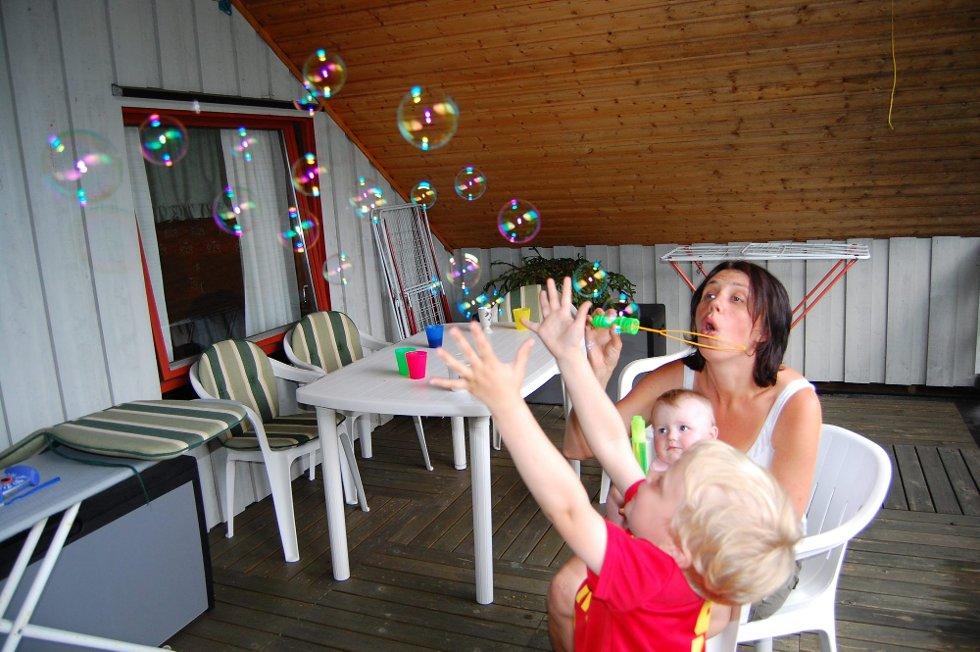Hilser til Høland: Kjempemorsomt med såpebobler for Eivind, som her ferierer hos farfar og farmor. Han hilser til alle kjente i Høland. Foto: Bodil Stigen Dammerud (Foto: )