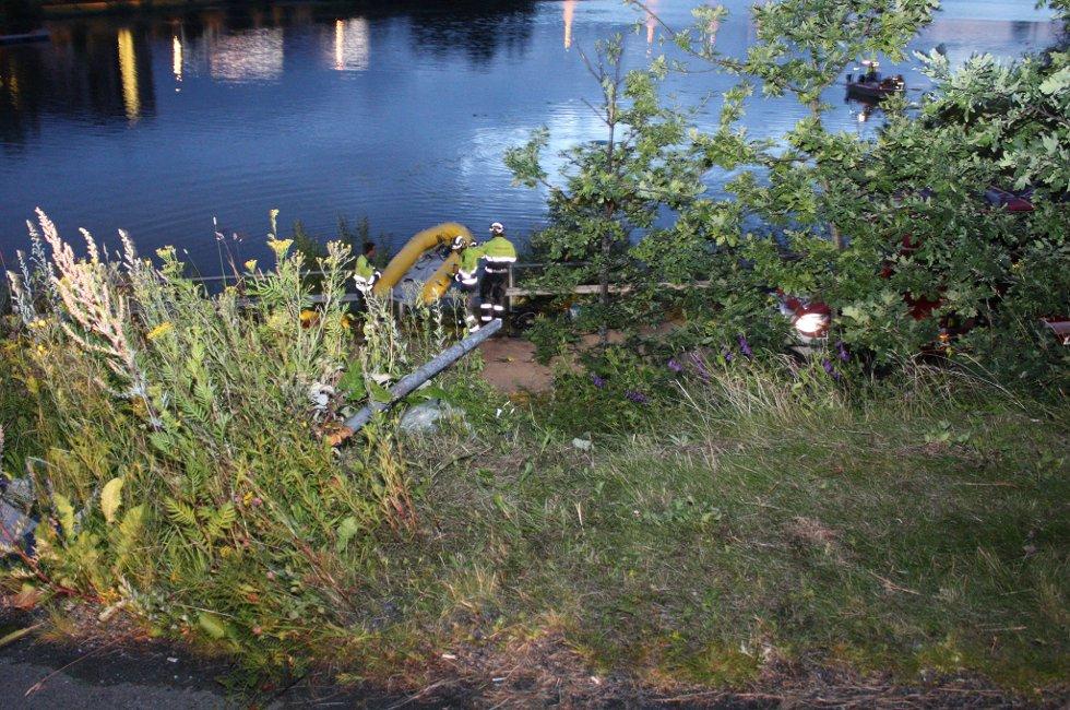 DÅRLIG SIKT: Brannvesenets dykkere gjorde funnet av vraket raskt. Deretter ble det søkt i vannet etter eventuelt flere omkomne. FOTO: RUNE BERNHUS
