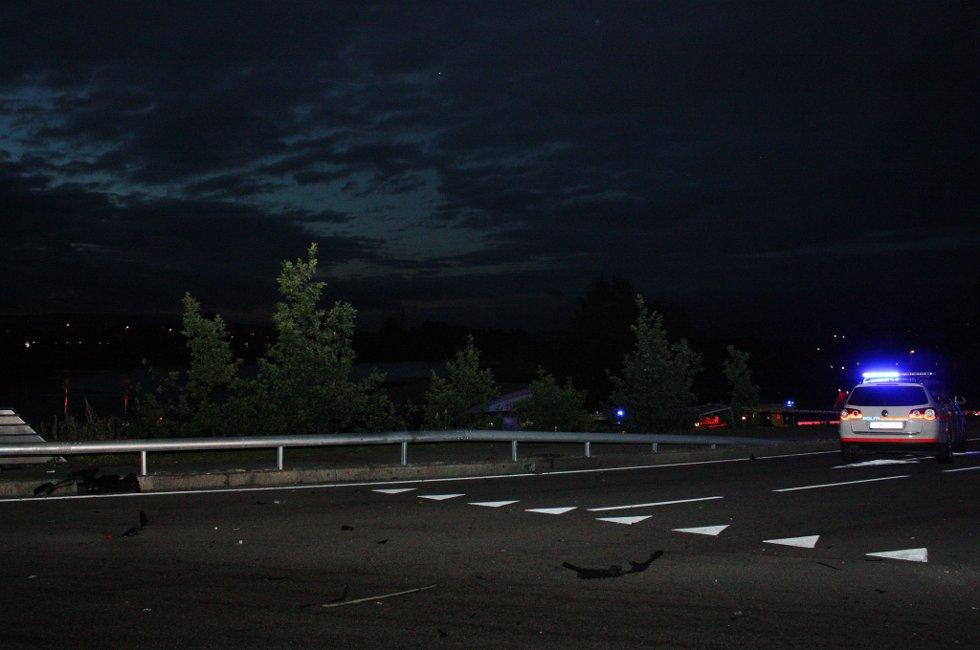 STOR FART: Bilen er blitt slynget over autovernet, nedover en skråning og over gjerdet som går rundt gangfeltet på nedsiden av veien. Vraket ble funnet 15 meter fra land. FOTO: RUNE BERNHUS