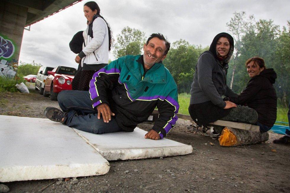 Romfolket er svært takknemlige for at de får bo under Sandnessundbrua. Nå inviterer de tromsøværingene til grillfest.